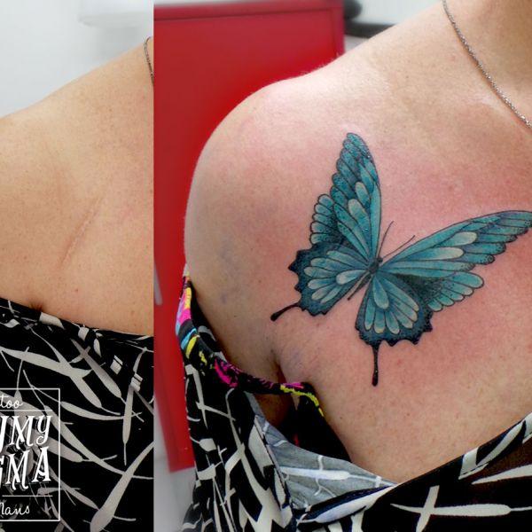 Tatouage de recouvrement de cicatrice avec un papillon bleu