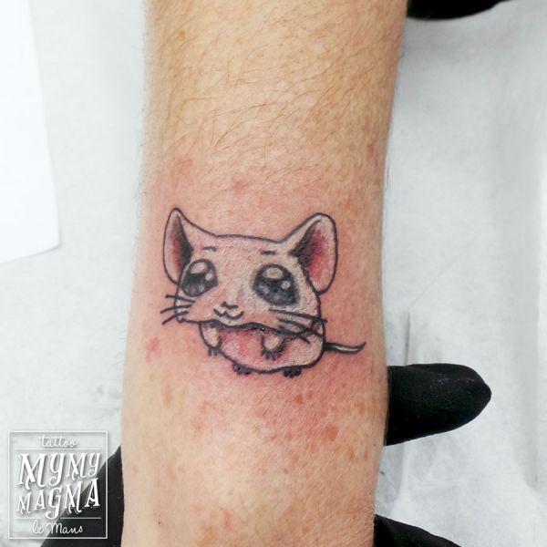 Tatouage de recouvrement d un vieux motif avec une petite souris blanche