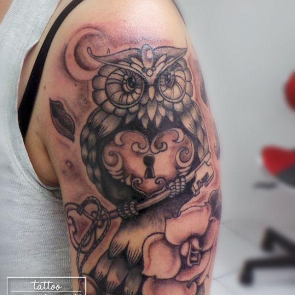 Tatouage de hibou avec un coeur sacré, une clé et des fleurs