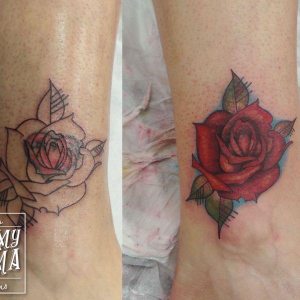 Tatouage cover (recouvrement) avec une rose graphique couleur